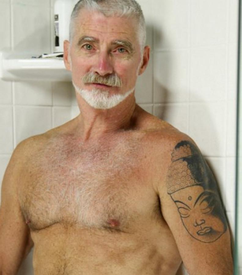 Седой гей под душем